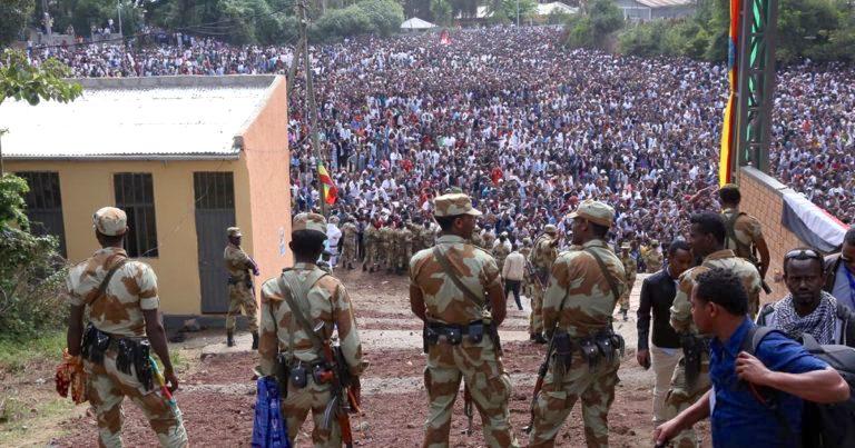 2 octobre 2016 : l'Armée surveille une manifestation à Bishoftu. Il y aura 50 morts.